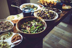 Buffet mit Salaten und Tapas