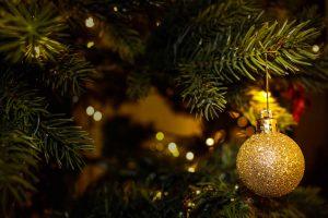 Weihnachtsbaum mit Kugel